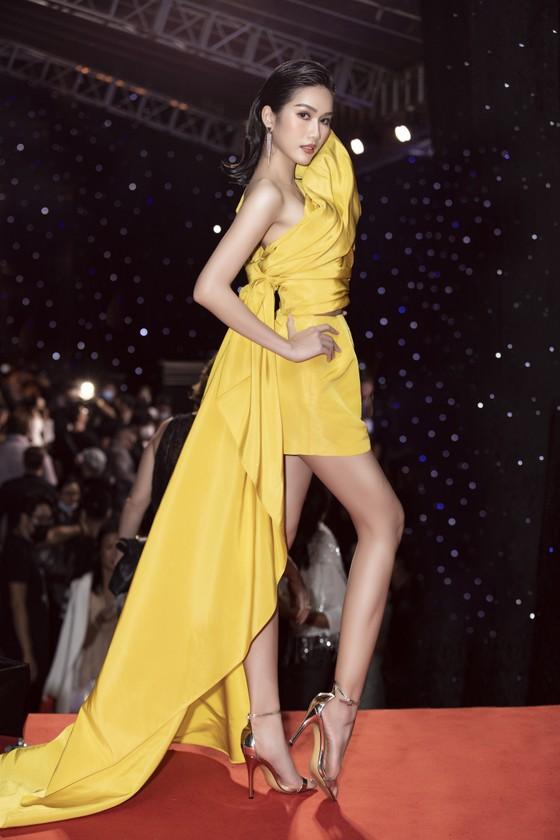 Tân hoa hậu Đỗ Thị Hà lần đầu catwalk khai mạc Aquafina Vietnam International Fashion Week 2020 ảnh 14