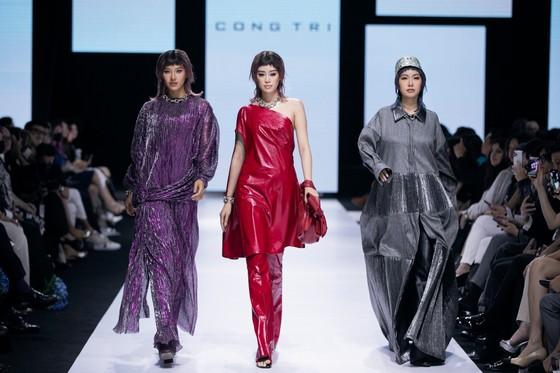 Tân hoa hậu Đỗ Thị Hà lần đầu catwalk khai mạc Aquafina Vietnam International Fashion Week 2020 ảnh 5