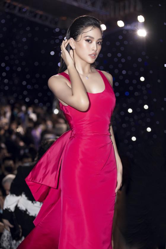 Tân hoa hậu Đỗ Thị Hà lần đầu catwalk khai mạc Aquafina Vietnam International Fashion Week 2020 ảnh 13