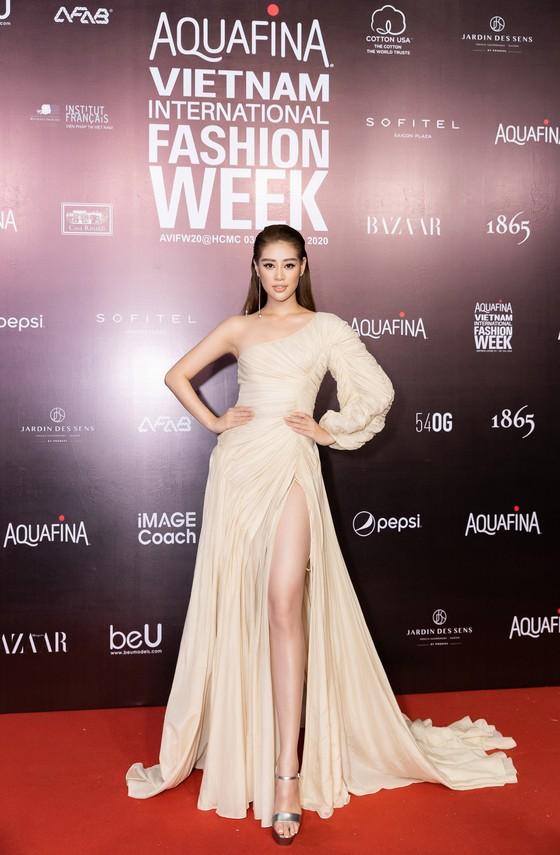 Tân hoa hậu Đỗ Thị Hà lần đầu catwalk khai mạc Aquafina Vietnam International Fashion Week 2020 ảnh 11
