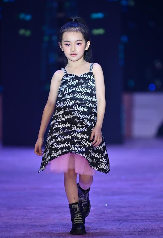 """Hoa hậu Lương Thuỳ Linh, Á hậu Kiều Loan trình diễn """"Búp bê show"""" của NTK Phương Ly ảnh 8"""