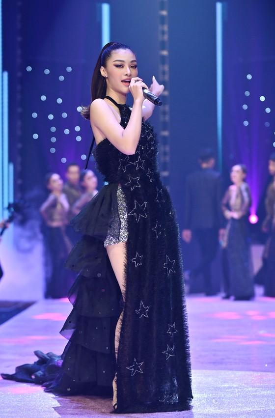 """Hoa hậu Lương Thuỳ Linh, Á hậu Kiều Loan trình diễn """"Búp bê show"""" của NTK Phương Ly ảnh 4"""