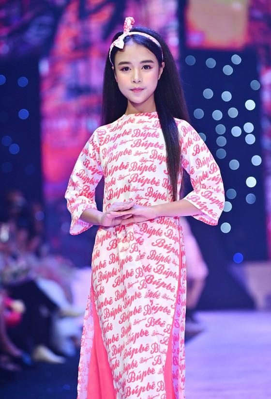 """Hoa hậu Lương Thuỳ Linh, Á hậu Kiều Loan trình diễn """"Búp bê show"""" của NTK Phương Ly ảnh 2"""