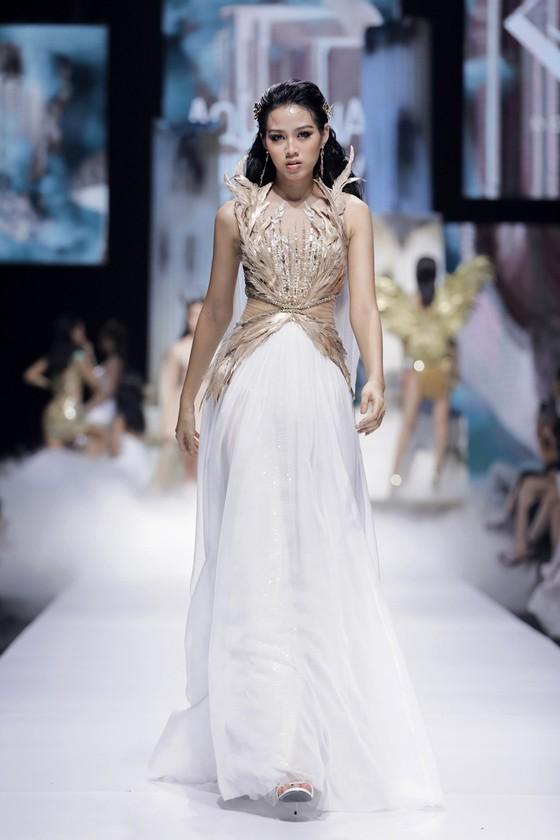 Dàn hoa hậu, á hậu rực rỡ trong Tuần lễ Thời trang Quốc tế Việt Nam 2020 ảnh 6