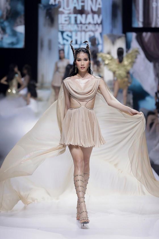 Dàn hoa hậu, á hậu rực rỡ trong Tuần lễ Thời trang Quốc tế Việt Nam 2020 ảnh 7