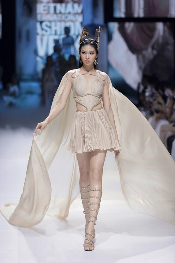Dàn hoa hậu, á hậu rực rỡ trong Tuần lễ Thời trang Quốc tế Việt Nam 2020 ảnh 8