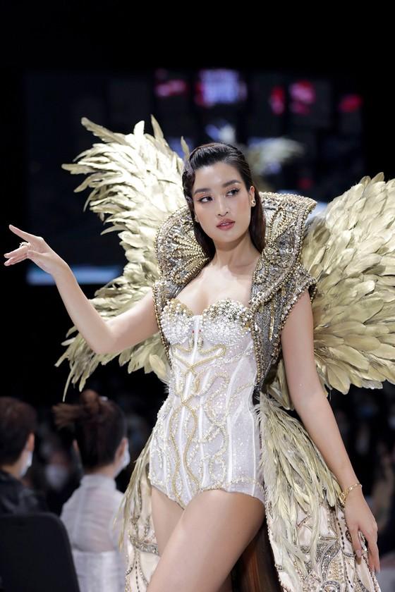 Dàn hoa hậu, á hậu rực rỡ trong Tuần lễ Thời trang Quốc tế Việt Nam 2020 ảnh 9