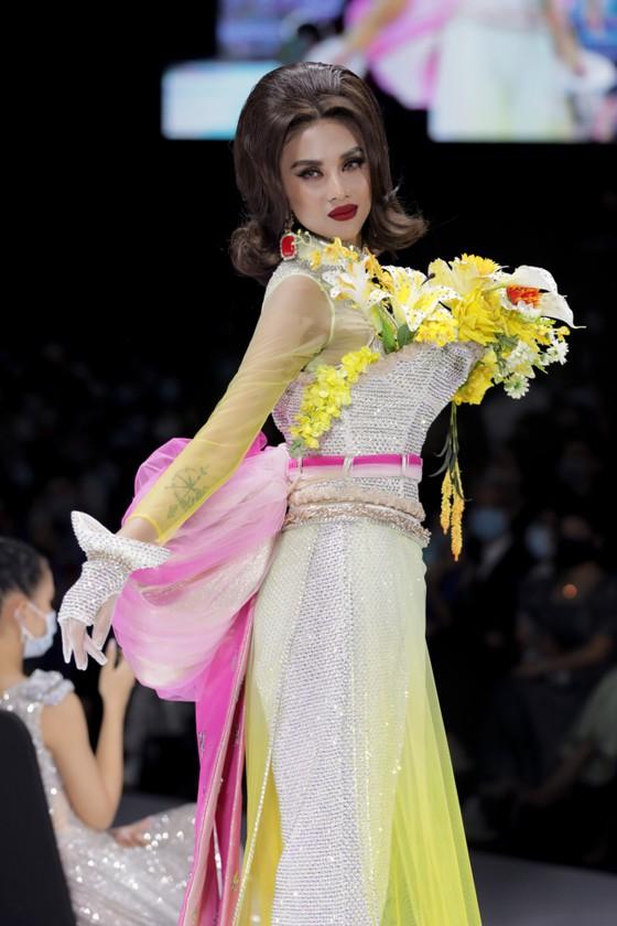 Dàn hoa hậu, á hậu rực rỡ trong Tuần lễ Thời trang Quốc tế Việt Nam 2020 ảnh 16