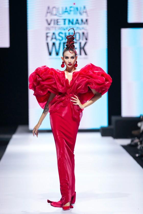 Dàn hoa hậu, á hậu rực rỡ trong Tuần lễ Thời trang Quốc tế Việt Nam 2020 ảnh 1
