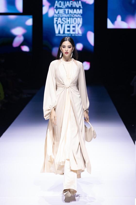 Dàn hoa hậu, á hậu rực rỡ trong Tuần lễ Thời trang Quốc tế Việt Nam 2020 ảnh 19
