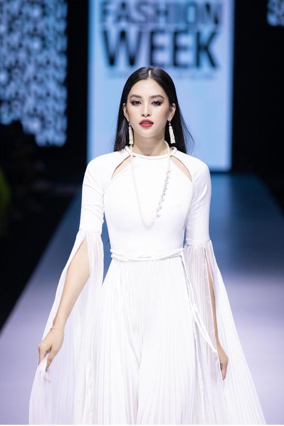 Dàn hoa hậu, á hậu rực rỡ trong Tuần lễ Thời trang Quốc tế Việt Nam 2020 ảnh 20