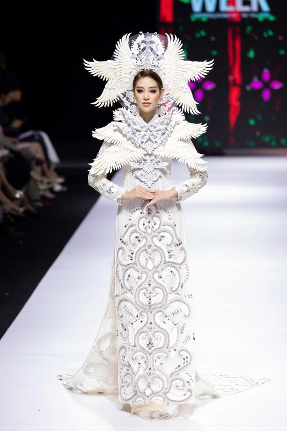 Dàn hoa hậu, á hậu rực rỡ trong Tuần lễ Thời trang Quốc tế Việt Nam 2020 ảnh 12