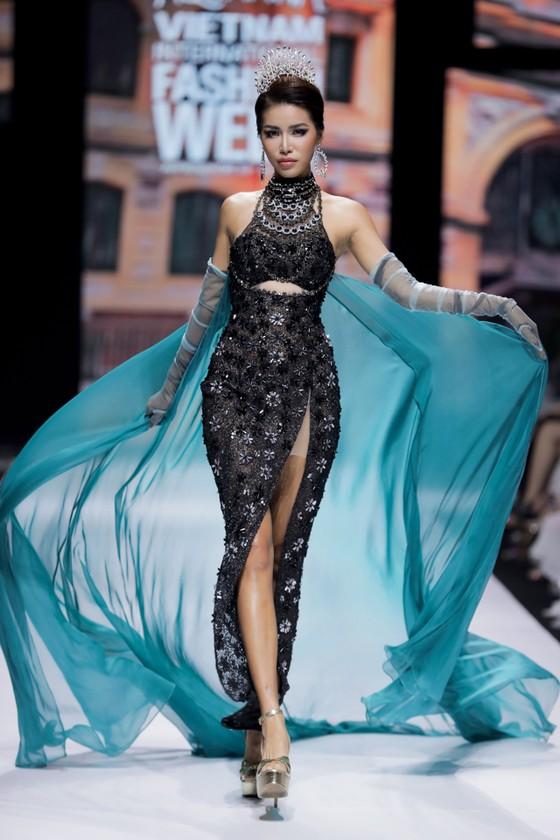 Dàn hoa hậu, á hậu rực rỡ trong Tuần lễ Thời trang Quốc tế Việt Nam 2020 ảnh 17