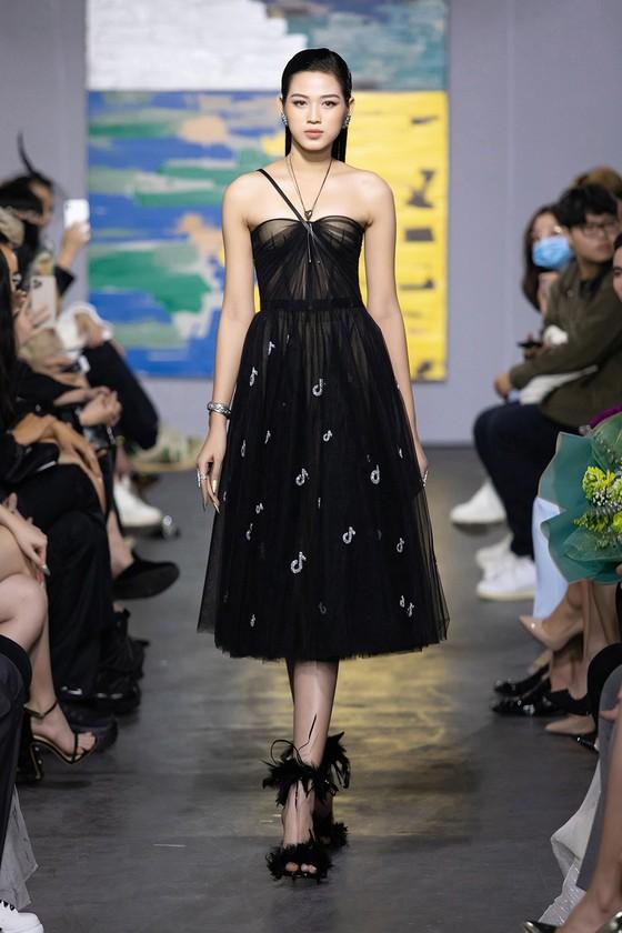 NTK Trần Hùng tổ chức show thời trang tại Việt Nam thuộc khuôn khổ London Fashion Week  ảnh 2