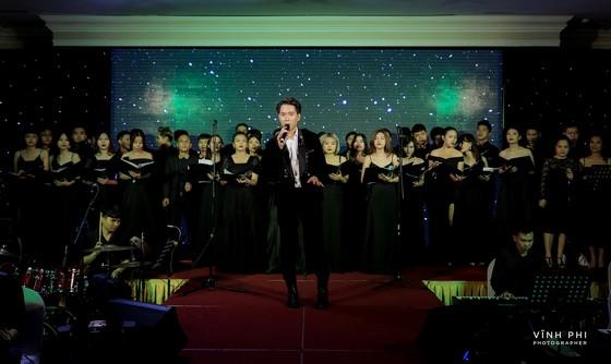 """Nguyễn Minh Cường dàn dựng tiết mục hợp xướng 30 người """"Hoa nở không màu"""" cùng tiếng hát Barry Nam Bảo ảnh 4"""