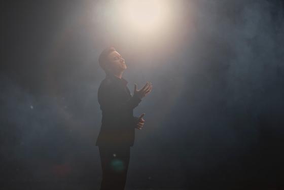 Phan Mạnh Quỳnh lần đầu kết hợp Karik ra mắt MV mới ảnh 1