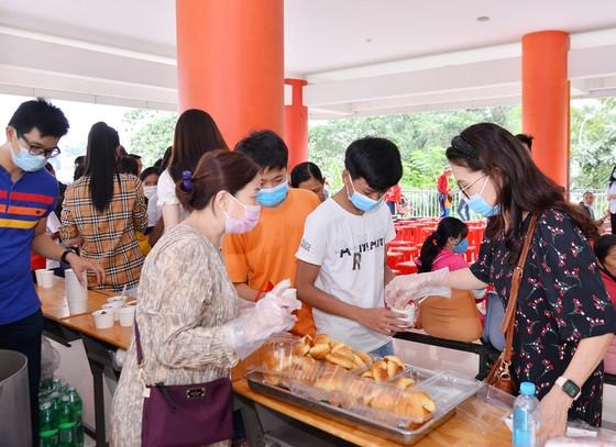 Hoa hậu H'Hen Niê, NSND Kim Xuân mang tết sớm đến trẻ em bị ảnh hưởng bởi HIV/AIDS ảnh 2