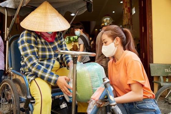Các người đẹp Hoa hậu Hoàn vũ Việt Nam mang tết sớm cho người kém may mắn ảnh 1