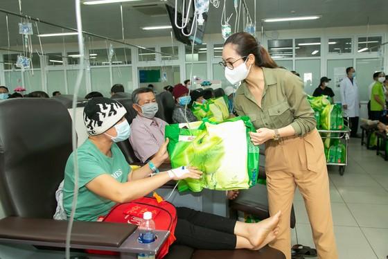 Các người đẹp Hoa hậu Hoàn vũ Việt Nam mang tết sớm cho người kém may mắn ảnh 4