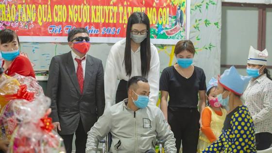 Tiểu Vy, Thuỳ Linh, Đỗ Hà tất bật làm từ thiện ngày giáp tết ảnh 1