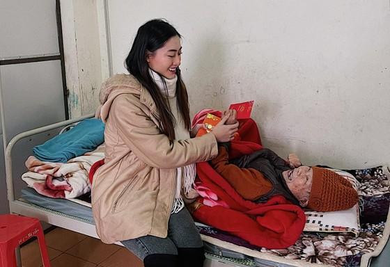 Tiểu Vy, Thuỳ Linh, Đỗ Hà tất bật làm từ thiện ngày giáp tết ảnh 3