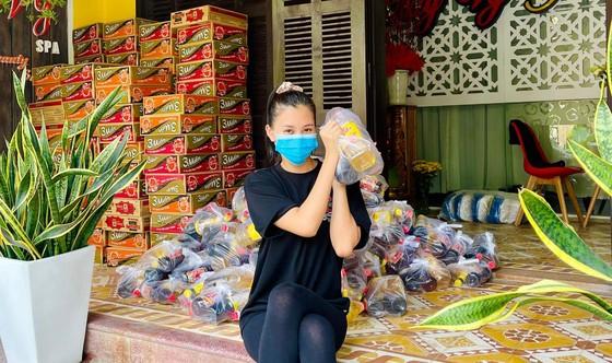 Tiểu Vy, Thuỳ Linh, Đỗ Hà tất bật làm từ thiện ngày giáp tết ảnh 2