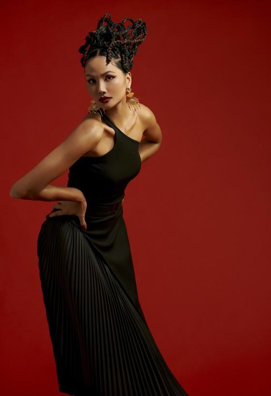 Hoa hậu H'Hen Niê gửi gắm những thông điệp về phụ nữ trong bộ ảnh mừng 8-3 ảnh 4