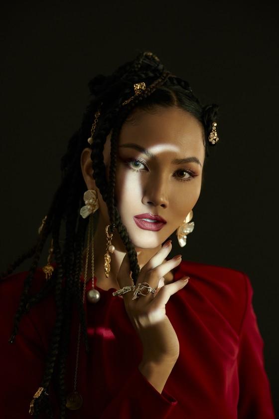 Hoa hậu H'Hen Niê gửi gắm những thông điệp về phụ nữ trong bộ ảnh mừng 8-3 ảnh 7