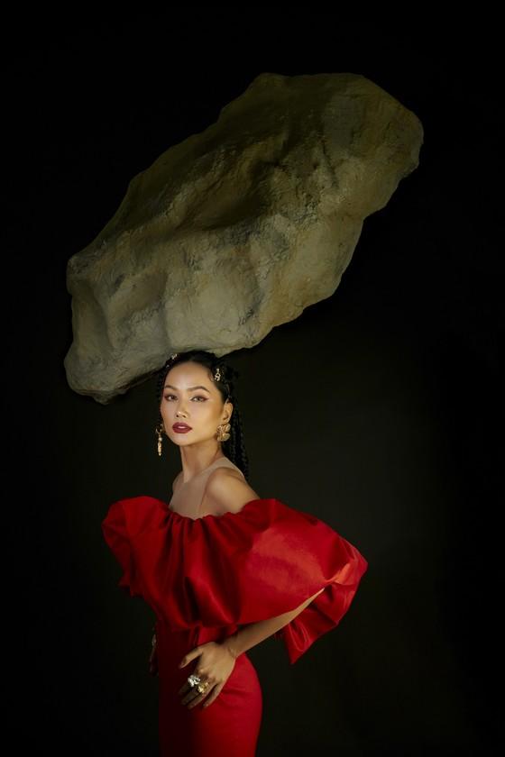 Hoa hậu H'Hen Niê gửi gắm những thông điệp về phụ nữ trong bộ ảnh mừng 8-3 ảnh 1