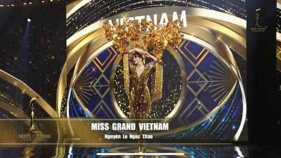 Á hậu Ngọc Thảo trình diễn quốc phục ấn tượng trên sân khấu Miss Grand International 2020 ảnh 4