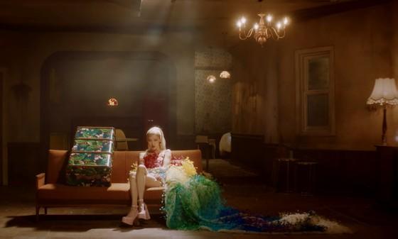 Ca sĩ Rosé đẹp tựa nữ thần trong 2 lần diện thiết kế của Công Trí ảnh 1