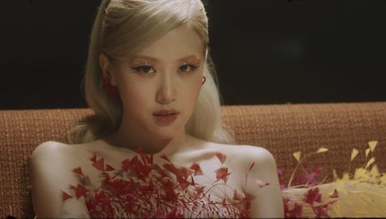 Ca sĩ Rosé đẹp tựa nữ thần trong 2 lần diện thiết kế của Công Trí ảnh 2