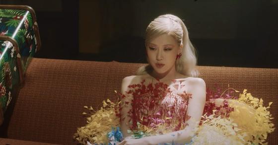 Ca sĩ Rosé đẹp tựa nữ thần trong 2 lần diện thiết kế của Công Trí ảnh 3