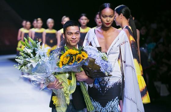 NTK Adrian Anh Tuấn sẽ mở màn Tuần lễ thời trang Quốc tế Việt Nam Xuân - Hè 2021 ảnh 3