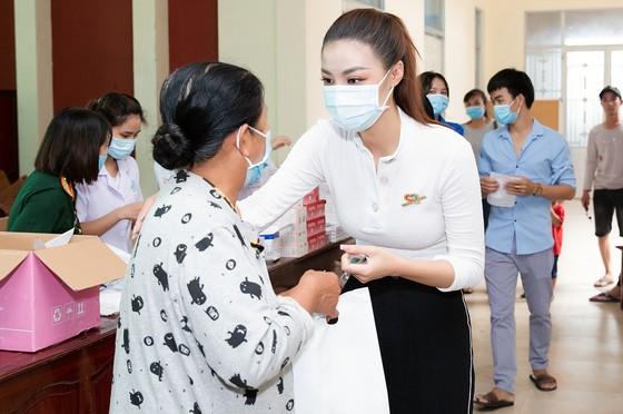 Dàn hoa hậu cùng CLB Suối mát từ tâm tổ chức thăm khám bệnh miễn phí cho công nhân ảnh 4