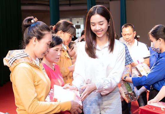Dàn hoa hậu cùng CLB Suối mát từ tâm tổ chức thăm khám bệnh miễn phí cho công nhân ảnh 5