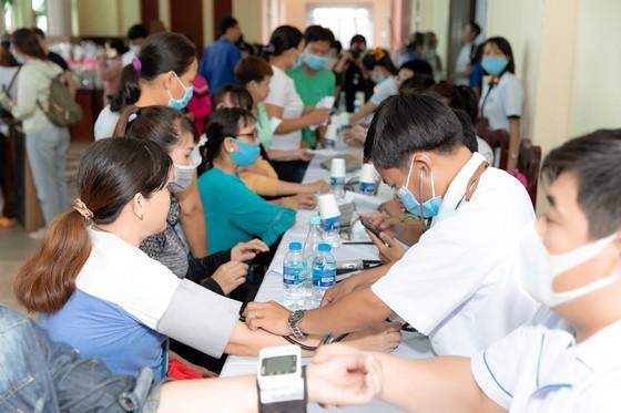 Dàn hoa hậu cùng CLB Suối mát từ tâm tổ chức thăm khám bệnh miễn phí cho công nhân ảnh 2