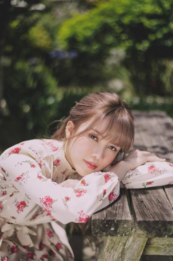 Thiều Bảo Trâm hát nhạc tỏ tình trong MV 'Love Rosie' ảnh 6