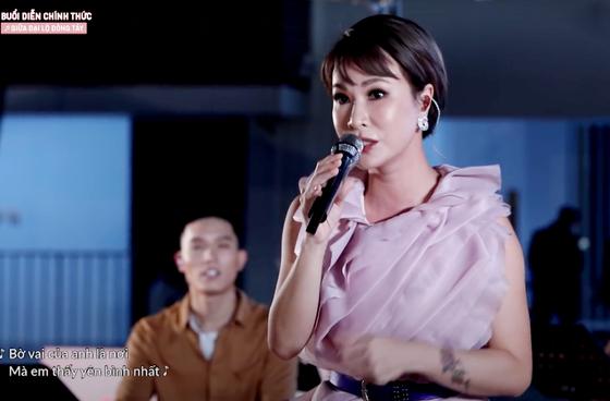 Uyên Linh tung MV 'Giữa đại lộ Đông Tây' ảnh 5