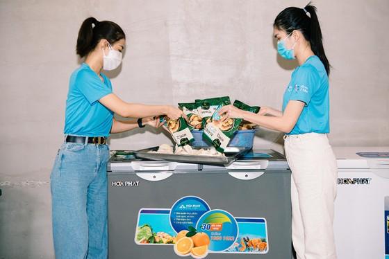 Hoa hậu Tiểu Vy, Kiều Loan, Phương Anh, Ngọc Thảo nấu 15.000 suất ăn cho bà con nghèo  ảnh 3