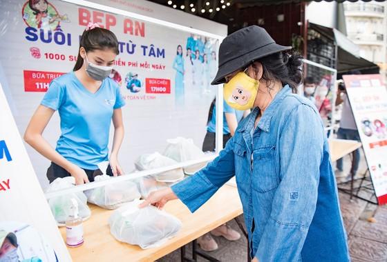 Hoa hậu Tiểu Vy, Kiều Loan, Phương Anh, Ngọc Thảo nấu 15.000 suất ăn cho bà con nghèo  ảnh 5