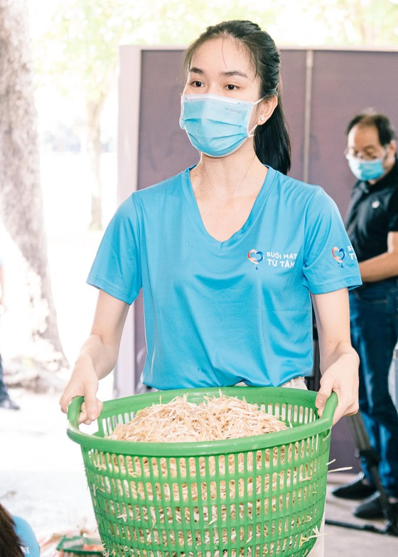 Hoa hậu Tiểu Vy, Kiều Loan, Phương Anh, Ngọc Thảo nấu 15.000 suất ăn cho bà con nghèo  ảnh 9