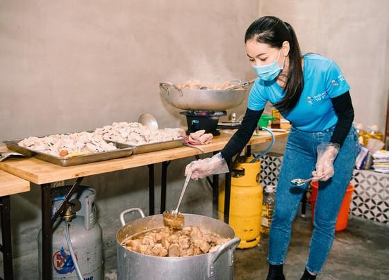 Hoa hậu Tiểu Vy, Kiều Loan, Phương Anh, Ngọc Thảo nấu 15.000 suất ăn cho bà con nghèo  ảnh 4