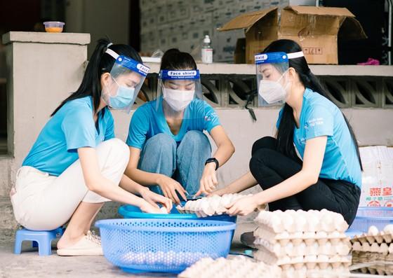 Hoa hậu Tiểu Vy, Kiều Loan, Phương Anh, Ngọc Thảo nấu 15.000 suất ăn cho bà con nghèo  ảnh 2