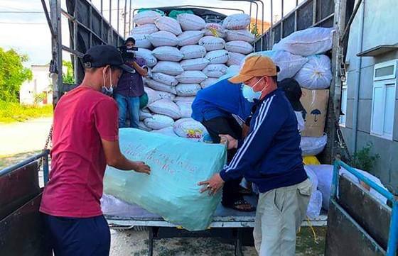 TPHCM tiếp nhận 5 tấn lương thực, thực phẩm từ người dân Huế ảnh 6