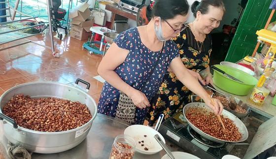 TPHCM tiếp nhận 5 tấn lương thực, thực phẩm từ người dân Huế ảnh 9