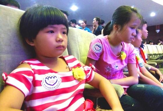 300 trẻ em có hoàn cảnh khó khăn ở TPHCM nhận quà 1-6 ảnh 1