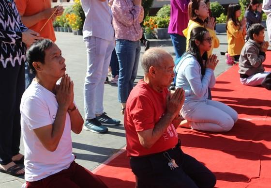 Dòng người đi lễ cầu an vào mùng 1 tết ở TPHCM ảnh 4
