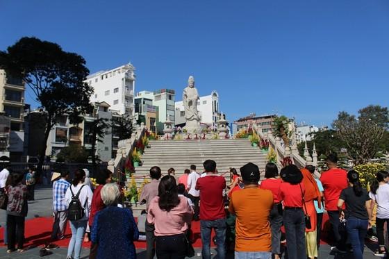 Dòng người đi lễ cầu an vào mùng 1 tết ở TPHCM ảnh 3