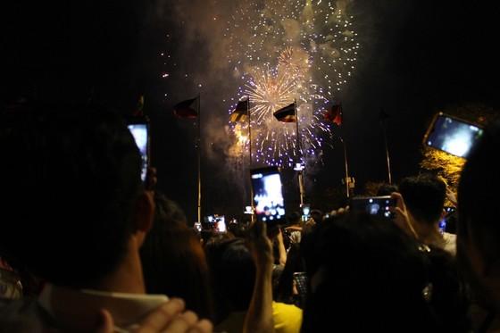Chiêm ngưỡng màn bắn pháo hoa rực rỡ mừng năm mới Canh Tý 2020 tại TPHCM ảnh 18